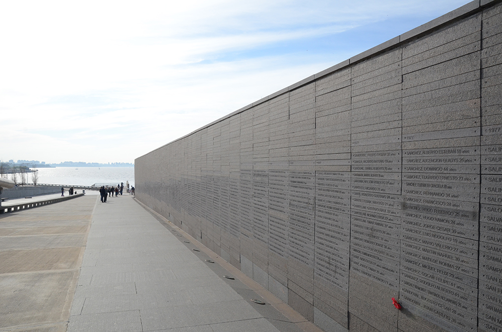 Monument aux victimes. Sur un nombre de 30 000 victimes estimés, 10 700 noms sont déjà inscrits.