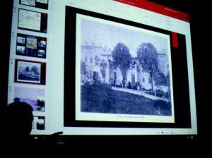 Le directeur du musée explique aux visiteurs le protocole de mise à mort. Il projette des photos du manoir et des camions à gaz. Les premiers Juifs gazés à Kulmhof, en décembre 1941, au nombre de 3 500, venaient de Koło, le village voisin. L'assassinat au monoxyde de carbone durait quinze à vingt minutes, dans un camion stationné derrière le bâtiment. Ensuite, le camion se rendait dans la forêt de Zuchowski, où les corps étaient « traités » (behandelt).