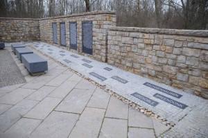 Fin 1942, au nord du camp des prisonniers, la SS ouvre une zone de quarantaine dite le « petit camp » qui, isolée du reste du camp par des barbelés, recevait les arrivants. Entre 1944-1945, c'est là que font naufrage les convois de déportés évacués de l'Est, notamment d'Auschwitz et de Groß-Rosen. Le lieu se transforme en un sordide mouroir où s'entassent des milliers de prisonniers juifs. Démolie après 1945, cette zone ne joua aucun rôle dans le « Mémorial national d'exhortation et de commémoration » de Buchenwald en RDA. À partir de 1991, des vestiges ont été remis au jour et un monument y est enfin érigé.