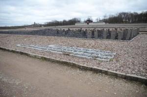 Monument commémoratif pour les Sintis et les Roms assassinés (1995) composé de stèles de basalte noir près de l'ancien bloc 14 dans lequel étaient détenus en 1939-1940 des Roms du Burgenland. Sur les stèles figurent d'autres noms de camps de concentration et d'extermination. L'inscription en anglais, allemand et romani est la suivante: « À la mémoire des Sintis et des Roms, qui furent victimes du génocide nazi ».
