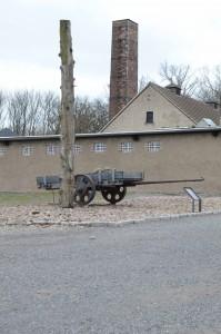 Installation près du crématoire: reproduction d'une charrette utilisée pour le transport des pierres de la carrière et d'un poteau de punition où étaient suspendus les prisonniers. Le dispositif de crémation avait été installé, en 1940, par la firme Topf & Söhne d'Erfurt laquelle s'était vue également confier ceux du complexe d'extermination de Birkenau.