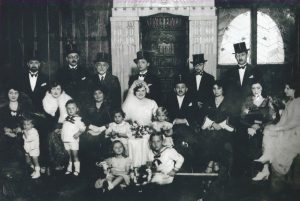 Wedding picture taken on 25/10/1931. In 1944, 17 of the 20 persons shown were in Bergen-Belsen. The newlywed couple survived Auschwitz, where their 2 children were murdered. The man nearest to the groom and his two children were also killed in Auschwitz, his wife survived.