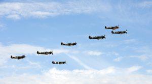 fig.5 Le Spitfire est la vedette du meeting aérien annuel de Duxford, près de Cambridge. Traditionnellement, cette grand-messe des passionnés d'aviation s'ouvre sur le vol de plusieurs Spitfires authentiques.