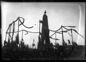 Fig. 2: inauguration du monument aux soldats morts pour la patrie à Wissembourg. Photographie, Agence Roll, 17 octobre 1909 © BnF-Gallica
