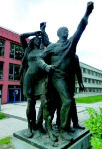 Voranschreitende ou Die Partei, Reinhard Schmidt, 1972, Rostock-Lichtenhagen.
